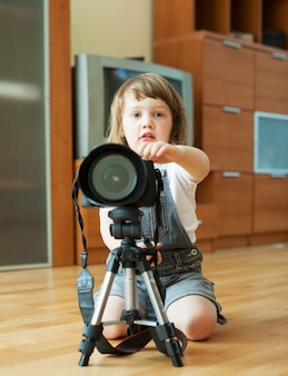 2 ans, l'enfant prend une photo