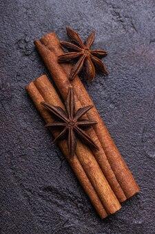 2 bâtonnets d'anis et étoiles d'anis