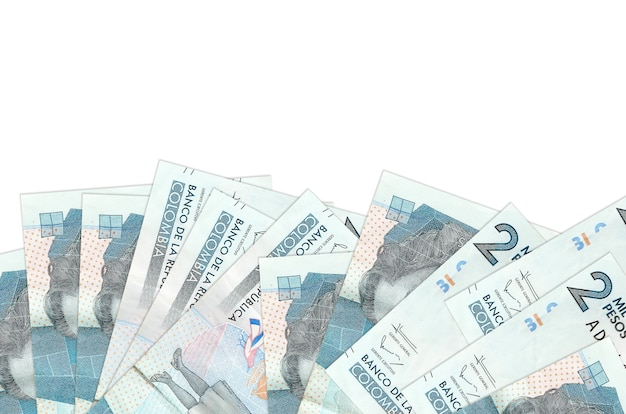 2 factures de pesos colombiens se trouve sur la face inférieure de l'écran isolé sur un mur blanc avec copie espace.