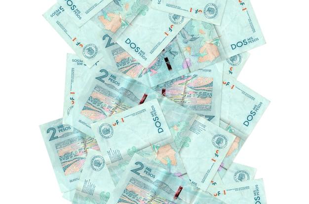 2 factures de pesos colombiens volant vers le bas isolé sur blanc. de nombreux billets tombant avec espace copie blanche sur le côté gauche et droit
