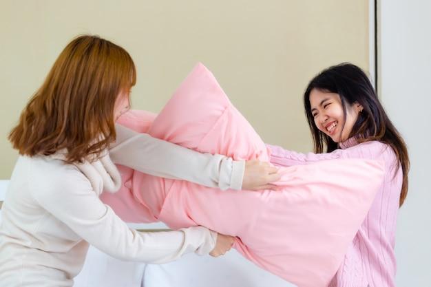 2 jeunes femmes jouent à des oreillers de combat