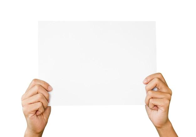 2 mains tenant et lever du papier blanc pour l'espace de copie et ajouter du texte sur fond blanc. cette photo est isolée et a un tracé de détourage.