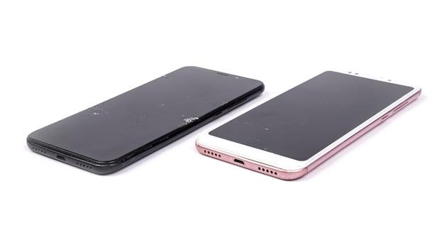 2 téléphones cassés isolés sur fond blanc.
