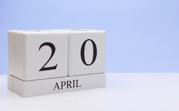 20 avril jour 20 du mois, calendrier quotidien sur tableau blanc avec reflet
