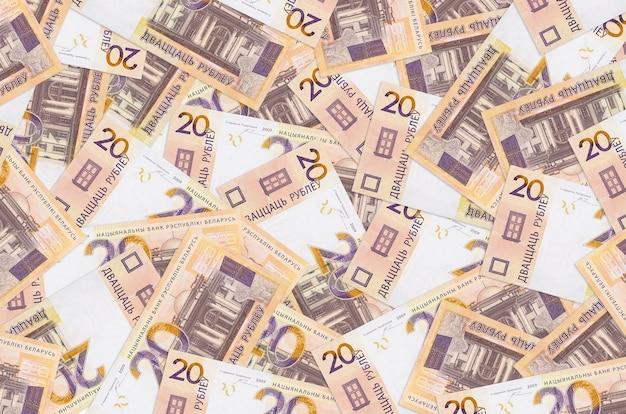 20 billets de roubles biélorusses se trouvent en gros tas
