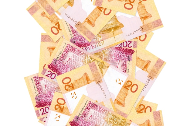20 factures de roubles biélorusses volant vers le bas isolé sur blanc. de nombreux billets tombant avec espace copie blanche sur le côté gauche et droit