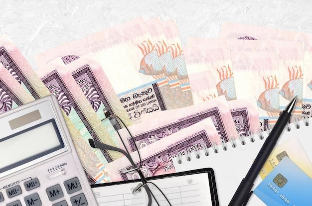 20 roupies sri lankaises factures et calculatrice avec lunettes et stylo