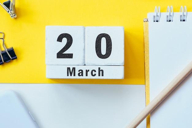 20 vingtième jour de mars sur le calendrier avec des fournitures de bureau