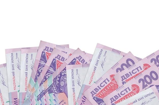 200 factures de hryvnias ukrainiennes se trouve sur le côté inférieur de l'écran isolé sur un mur blanc avec espace de copie.