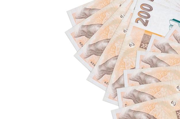 200 factures de korun tchèque se trouve isolé sur un mur blanc avec copie espace. grande quantité de richesse en monnaie nationale