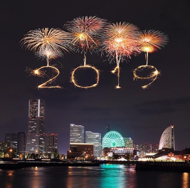 2019 bonne fête feu d'artifice étincelle avec yokohama la nuit, japon