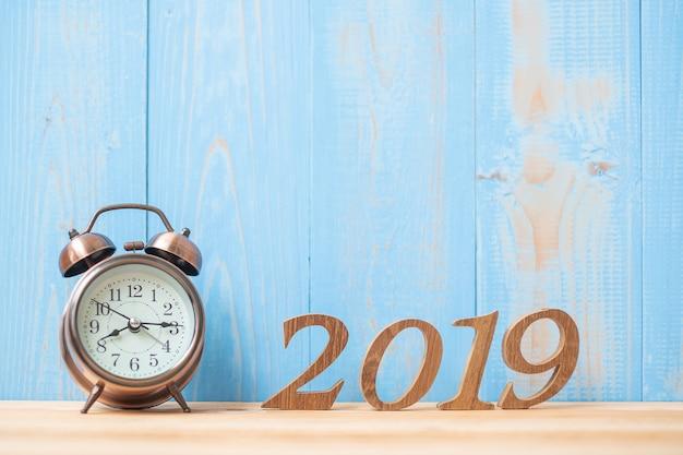 2019 bonnes années avec réveil rétro et numéro en bois