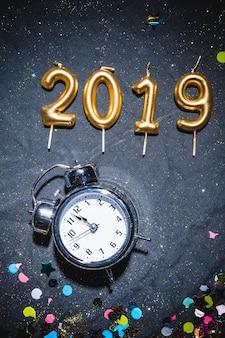 2019 bougies près de l'horloge vintage