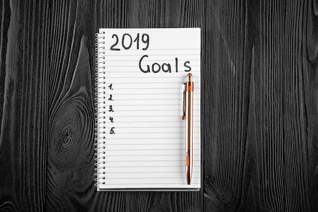 2019 goals sur son cahier. concept de résolutions de nouvel an. vue de dessus.