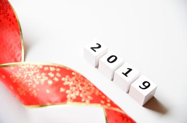 2019 happy new year, espace de copie avec un ruban rouge et un flocon de neige doré
