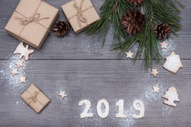 2019 numéros de biscuits ou de biscuits avec des cadeaux, sapin, pin. nouvel an 2019. vue de dessus. copie