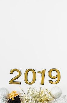 2019 personnages décoratifs formant une composition avec des décorations de noël