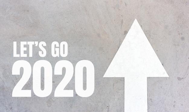 2020 allons-y et concept d'entreprise. message de démarrage ou mots imprimés sur le fond de la route