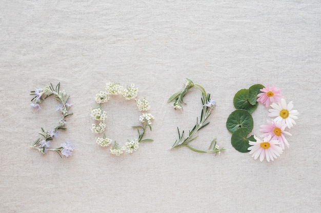 2020 composé de fleurs et de feuilles minuscules