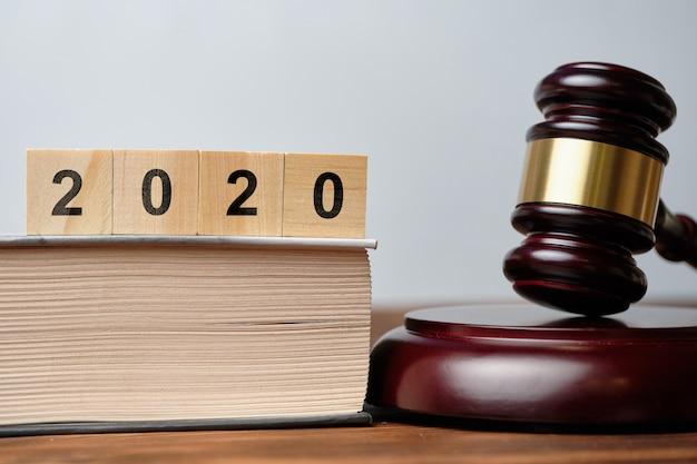 2020 sur des cubes en bois à côté du marteau du juge
