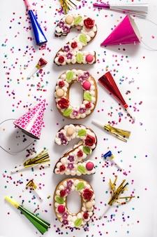 2020 gâteaux et ornements sur surface blanche