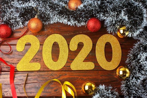 2020, nouvel an, chiffres dorés sur une table en bois rustique ornée