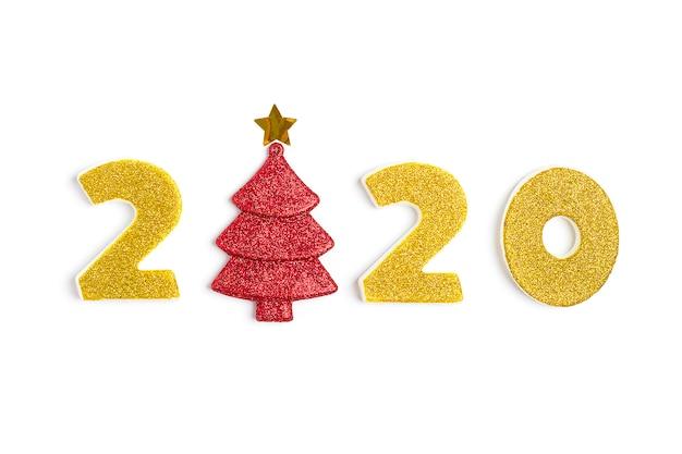 2020 numéros d'or et arbre décoré de scintillement d'or isolé blanc.