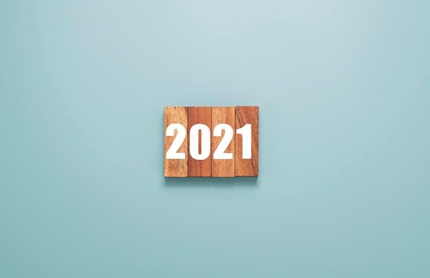 2021 ans imprimé sur un bloc de cubes en bois. joyeux noël et bonne année concept.