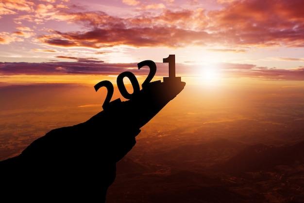 2021 ans avec la silhouette sur les collines et le ciel coucher de soleil fond