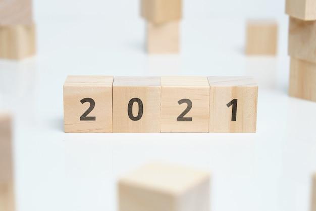 2021 sur des blocs de bois avec un thème commun.