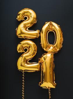 2021 bonne année ballons à air d'or sur surface noire