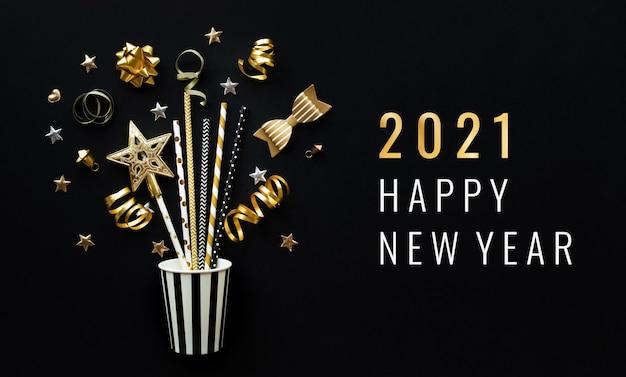 2021 concepts de célébration de bonne année avec ornement de fête de couleur dorée sur fond sombre.