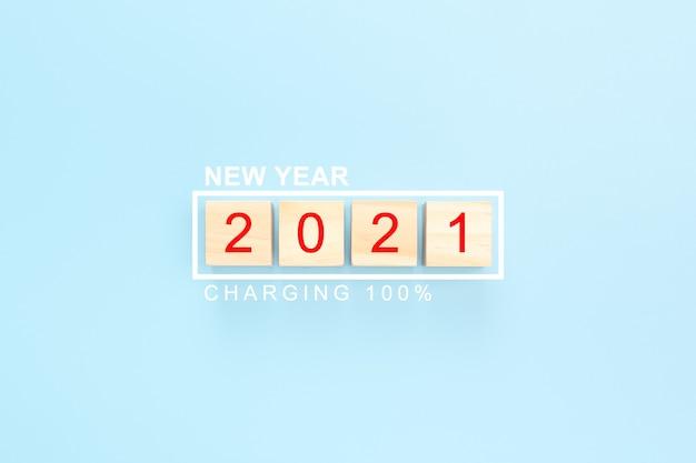 2021 sur fond de nouvel an de cubes en bois. cubes en bois du nouvel an 2021 avec barre d'état chargeant 100