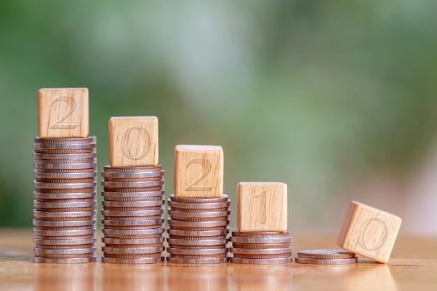 2021 et pile de pièces. caisse de pension, revenu passif. investissement et retraite. concept de croissance des investissements commerciaux. gestion des risques. budget 2021.