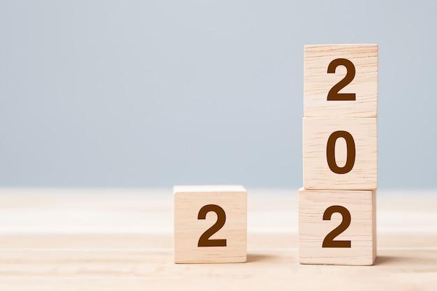 2022 blocs de cubes en bois sur fond de table. concepts de résolution, de planification, d'examen, d'objectif, de début et de fin d'année