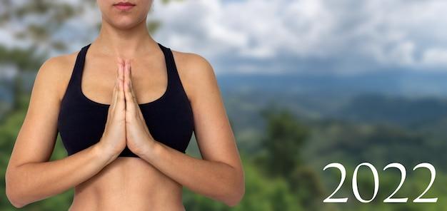 2022 femme en méditation pose la nature en arrière-plan