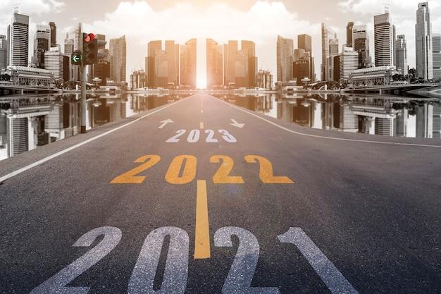 2022 numéros dans la rue menant aux gratte-ciel de la ville au soleil du soir. utiliser pour les concepts du nouvel an et se diriger vers le succès.