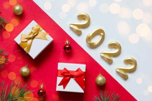 2022 organiser sur fond blanc et rouge cadeaux boules sapin pin objectif nouvel an noël