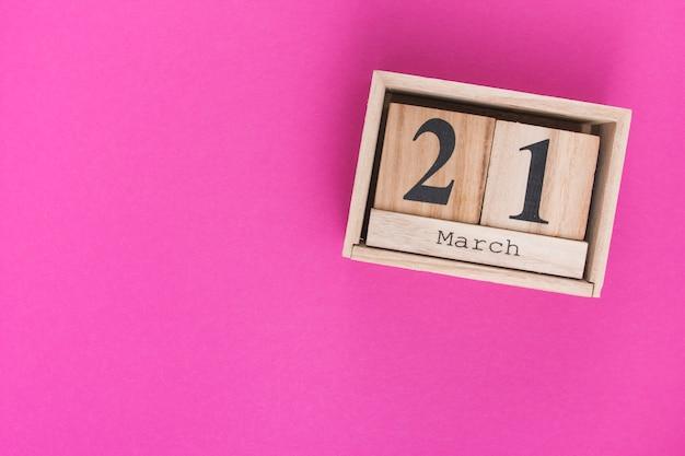 21 mars inscription sur des blocs de bois