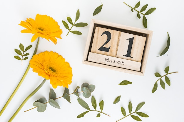 21 mars inscription avec des fleurs de gerbera jaune