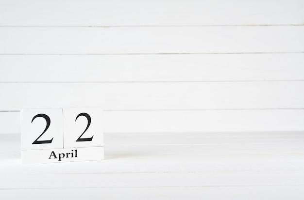 22 avril, jour 22 du mois, anniversaire, anniversaire, calendrier de bloc en bois sur un fond en bois blanc avec espace de copie pour le texte.