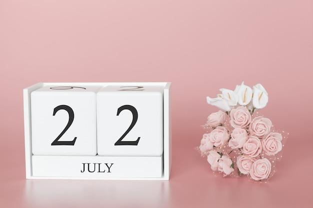 22 juillet. jour 22 du mois. cube de calendrier sur rose moderne