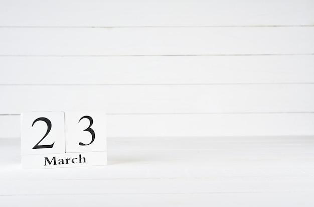23 mars, jour 23 du mois, anniversaire, anniversaire, calendrier de bloc en bois sur un fond en bois blanc avec espace de copie du texte.