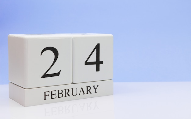 24 février. jour 24 du mois, calendrier quotidien sur tableau blanc.