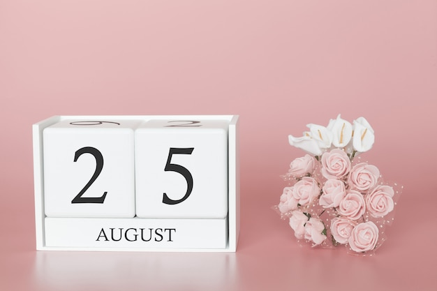25 août. jour 25 du mois. cube de calendrier sur fond rose moderne, concept de commerce et événement important.
