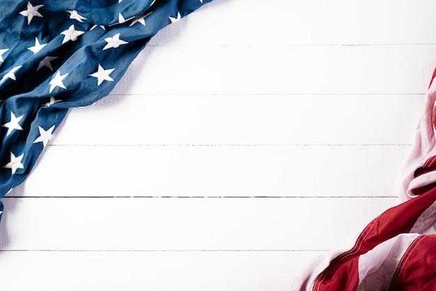 25 mai. drapeaux américains contre un mur en bois blanc