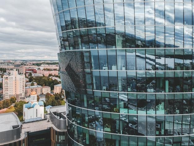 26.07.2019 saint-pétersbourg, russie - photo aérienne d'un centre d'affaires avec un gratte-ciel en verre, d'une banque, d'une tour centrale et de deux bâtiments d'un complexe hôtelier-restaurant.