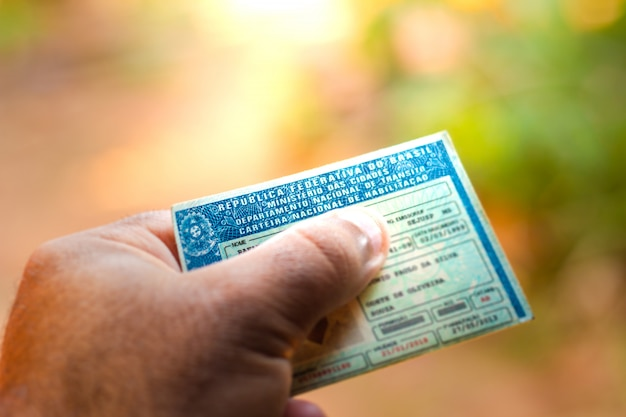 28 août 2019, brésil. homme tenant le document