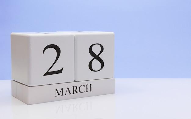 28 mars. jour 28 du mois, calendrier quotidien sur tableau blanc.