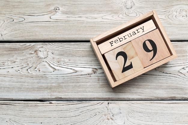 29 février. jour 29 du mois de février, calendrier sur bois. heure d'hiver